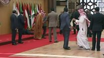 لحظة سقوط الرئيس اللبناني أرضا خلال القمة العربية