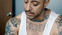 """""""En EE.UU. no podemos ni vernos, aquí guardamos el respeto"""": el expandillero deportado que trabaja en un call center de Tijuana"""