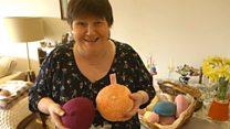 Britânicas criam seios de tricô para devolver autoestima a mulheres após mastectomia