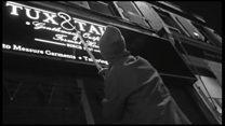 مردی که در تاریکی شب غلطهای نگارشی را تصحیح میکند