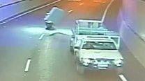 El inesperado objeto que sorprendió a un motociclista cuando iba a 80 kilómetros por hora