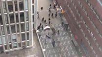Suecia: el momento en que la gente huye tras el atropellamiento de un camión en el centro de Estocolmo
