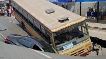चैन्नई में सड़क धंसी, दो गाड़ियां फंसी
