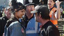 「叫ぶより微笑みが大事な時も」 極右集団に対抗した英女性