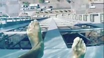 ¡No mires si tienes vertigo! La increíble piscina con fondo transparente a 152 metros de altura