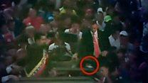 El momento en que unos manifestantes le arrojan objetos a Nicolás Maduro