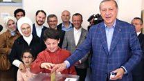 Erdogan iyo xaaskiisa oo codkooda dhiibtay