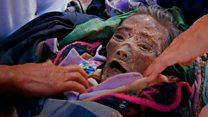 """""""Si no lo cuidamos su espíritu nos perseguirá"""": Toraja, el pueblo de Indonesia donde los vivos conviven en casa con los muertos"""
