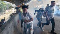 """Los violentos enfrentamientos en Venezuela en medio de la """"madre de todas las movilizaciones"""" que terminaron en el río Guaire"""
