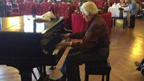 Angelo Buonamore toca el piano en la Casa Verdi, a la que llegó hace 17 años