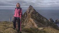 Як жінка піднімається у гори на милицях