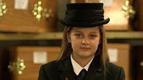 La niña que organiza funerales con solo 12 años