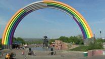 Арку дружбы народов в Киеве раскрасили в цвета радуги