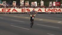 El hombre que corre con la bandera de EE.UU. en Cuba