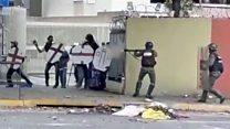 Imágenes de guardias nacionales disparando bombas lacrimógenas a quemarropa en Venezuela