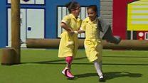 استقبال گرم همکلاسیها از دختری با پای مصنوعی