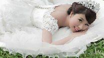Умирающая от рака женщина сыграла свадьбу соло
