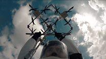 Трюкач злетів на дроні і стрибнув з парашутом