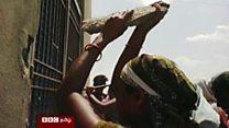 அரசு மதுபான கடையை தாக்கும் பெண்கள்