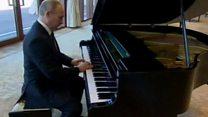 بوتين يعزف على البيانو قبيل لقاء رئيس الصين
