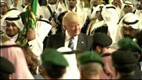 """ترامب يرقص """"العرضة"""" مع العاهل السعودي"""
