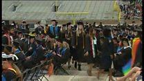 ペンス米副大統領が卒業式祝辞 多くの学生退席