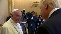 """Au Vatican, Trump """"honoré"""" de rentrer le Pape François"""