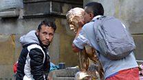 Por qué cientos de personas van a hablarle al oído al busto de un difunto en el Cementerio Central de Bogotá
