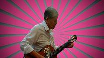 رئيس قرغزستان يظهر مواهبه الفنية