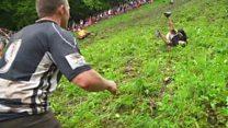 Britânicos se atiram colina abaixo na tradicional 'corrida do queijo'