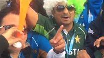 भारतीय दर्शकों के साथ पाकिस्तानी जर्सी वाले दर्शक की गलबहियां