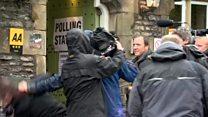 İngiltere'de seçim: Oy kullanma merkezi önünde basın kavgası
