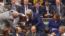 Спикера британского парламента затащили в кресло
