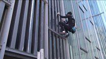 """El intrépido """"Spiderman francés"""" que escaló uno de los edificios más altos de Barcelona sin arnés"""