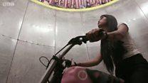 موت کے کنویں میں موٹر سائیکل چلانے والی لڑکی