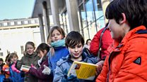 Aprende inglés: como más de mil voluntarios formaron una cadena humana para transportar una biblioteca entera...a mano
