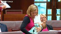 Bu kez bebeğini emzirirken önerge verdi