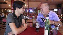 Aprendiendo a tomar fernet, la amarga bebida que encanta en Argentina