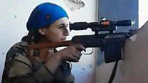El momento en que el disparo de un francotirador casi alcanza una combatiente kurda en Raqa