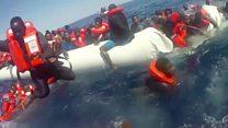 Las imágenes del dramático rescate de un bote de goma cuando se hundía en el Mediterráneo