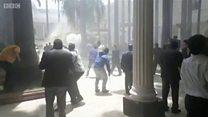 वेनेज़ुएलाः प्रदर्शनकारियों ने संसद में घुसकर सांसदों को पीटा
