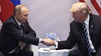 トランプ、プーチン両大統領が握手 初首脳会談