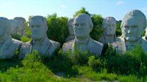एक किसान रखा रहा है अमरीकी राष्ट्रपतियों के पुतले