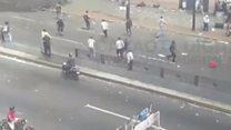"""Decenas de personas huyen cuando se escucha un disparo en medio de la votación del plebiscito """"no oficial"""" en Venezuela"""