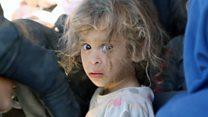 La desesperada huida de miles de civiles desplazados por los combates en Raqa, la capital de facto de Estado Islámico
