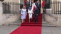 """الحاكم العام الكندي """"يلمس ذراع"""" ملكة بريطانيا"""
