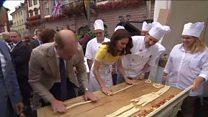 Принц Уильям и Кейт Мидлтон попробовали приготовить брецели