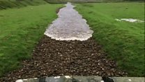 O exato momento em que rio seco volta à vida após as chuvas