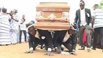Los portadores de féretros que alegran los entierros con un animado baile