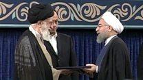 خامنئي يسلم روحاني تفويض الرئاسة كرمز للتصديق على توليه المنصب